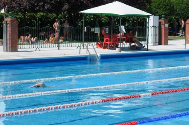 La piscina de san roque inaugura este viernes su temporada for Piscina municipal san roque
