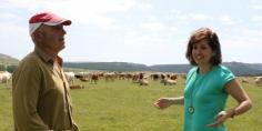 Orlena de Miguel recorre los pueblos de la Sierra Norte y conversa con ganaderos
