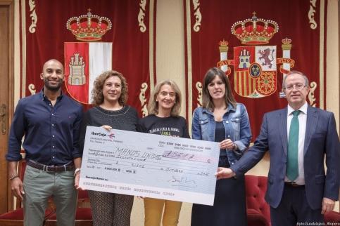 Accem y Manos Unidas reciben los cheques de las actividades solidarias de las pasadas fiestas