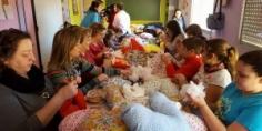 Mujeres de Alovera confeccionan 'almohadas del corazón' contra el cáncer de mama