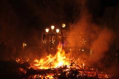 Los vecinos de Escariche se reúnen en torno a la hoguera de San Antón