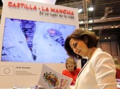 Orlena de Miguel visita el stand de CLM en Fitur
