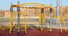 El polideportivo Valdeluz estrena una máquina de ejercicios para entrenamientos al aire libre