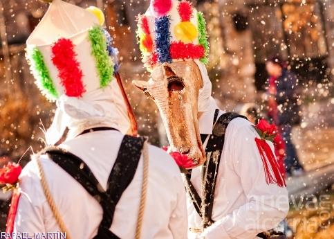 Amugas, cornamentas, cencerros  y trajes multicolor esperan su momento