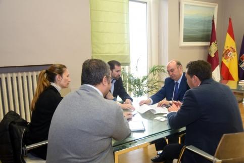 El presidente de la Diputación se reúne con los representantes de FEACEM