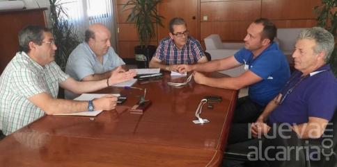 El director provincial de Agricultura analiza con la nueva junta directiva de la Denominación de Origen Mondéjar la situación del sector