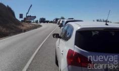 Una furgoneta de reparto vuelva en la carretera CM-210, dirección a Rueda de Sierra