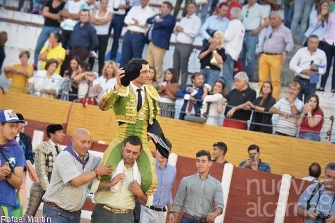 Paco Ureña marca diferencias e inaugura la Puerta Grande 'Iván Fandiño'