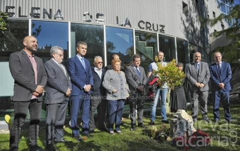 El curso escolar comienza homenajeando a la docente y consejera, Elena de la Cruz, fallecida en abril