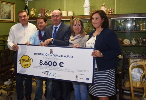 Afaus recibe los 8.600 euros de la paella solidaria