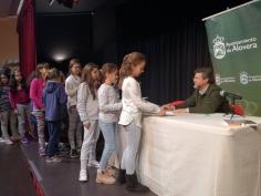 El escritor Sánchez Vigil visita los colegios de Alovera