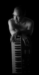 El alcarreño Txema Cabria mezcla músicas del mundo con 'Nuvolution'
