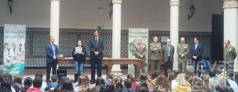 La joven alcarreña María Martínez Acebrón recibe el premio del concurso 'Carta a un Militar Español'