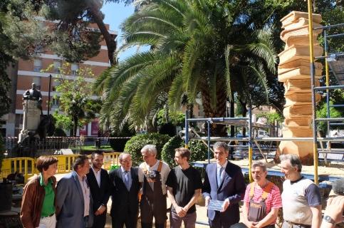 El Ayuntamiento dedica una escultura de madera al profesorado, en reconocimiento a su labor docente