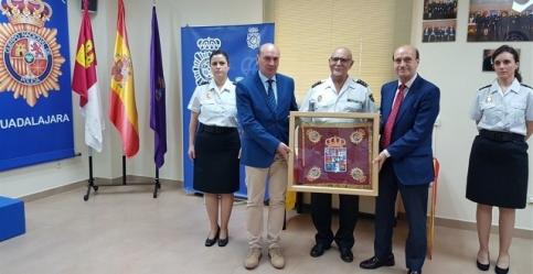 Diputación de Guadalajara hace entrega de un banderín bordado a la Policía Nacional en reconocimiento por su labor