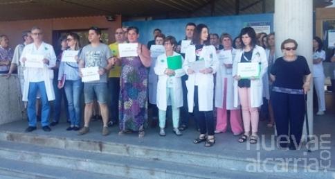 """Un centenar de sanitarios se concentran en el Hospital para pedir """"trabajar sin violencia ni agresiones"""""""