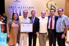 Santos López felicita a Javier Marigil, productor de la miel que ha obtenido el Premio Gran Selección a la mejor miel del año