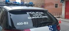 Colisiona contra una farola en Guadalajara, abandona el vehículo con un herido dentro y da positivo en alcohol