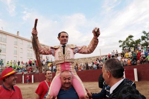Sánchez Vara sale a hombros de Pareja en el día de la Virgen de los Remedios
