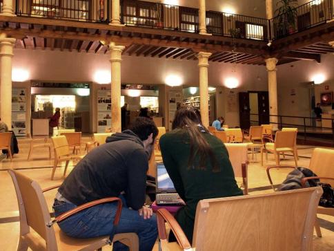 El servicio de hemeroteca de la Biblioteca provincial de Guadalajara cierra temporalmente por reestructuración de la plantilla