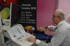 Neurólogos del Hospital dan a conocer a los vecinos de Guadalajara su salud cerebral gracias al 'Autobús del Cerebro'