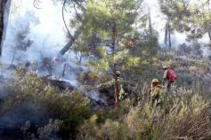 2 helicópteros de la base de El Serranillo, Guadalajara, colaboran para apagar el incendio de Paterna de Madera