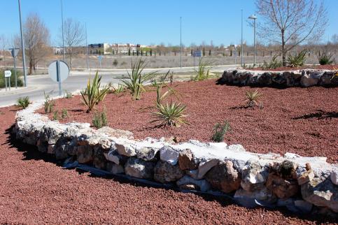 Las glorietas 'Pedro Páez Jaramillo' y 'La Cañada' de Valdeluz lucen nuevos diseños paisajísticos y vegetales