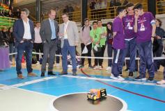 Alumnos de 14 centros escolares compiten con sus propios robots en el Polideportivo San José