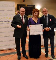 La propietaria de la peluquería D'Ellas recibe la medalla al mérito en el trabajo de la Asociación Europea de Economía y Competitividad
