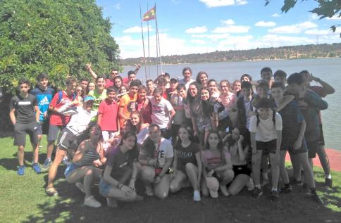 Pilar Prieto imparte un curso de deportes naúticos para alumnos del colegio Salesianos