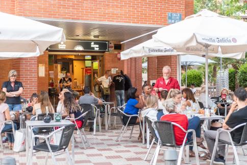 Torreznos,  fútbol y música en la terraza de Al Mateo Bar