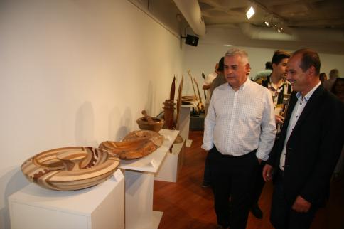 El Centro San José acoge dos exposiciones con obras de arte decorativas y conceptuales