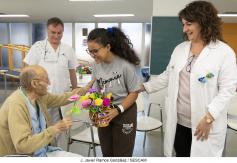 Los niños de La Pecera obsequian con flores a los mayores del Hospital