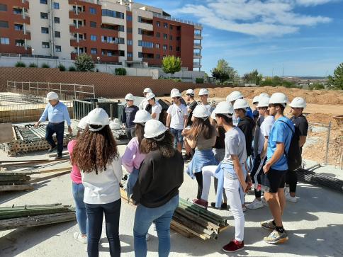 Los alumnos del Colegio Salesiano celebran el día  Internacional de la Arquitectura