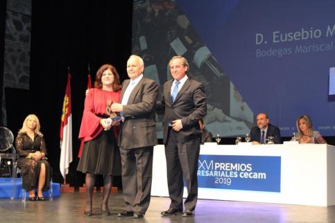Eusebio Mariscal recibe su reconocimiento en los premios CECAM