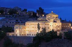 Las cortes de Castilla-La Mancha iluminan de morado su fachada este lunes, 25 de noviembre