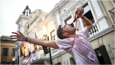 'Bebiéndose la fiesta' de Virgilio Hernando, Mejor Fotografía en color premiada