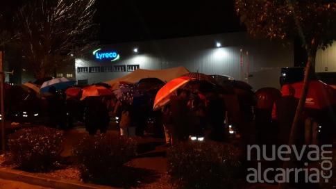 Casi 200 personas se concentran bajo una intensa lluvia en apoyo a los trabajadores de Lyreco en Alovera