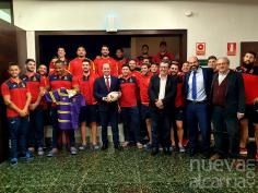 El alcalde saluda a la Selección Española de Rugby que prepara en Guadalajara el próximo enfrentamiento del Campeonato Europeo