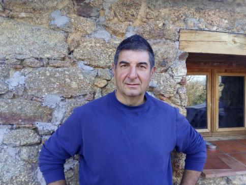 Un ganadero de Majaelrayo lucha por recuperar la gallina negra castellana