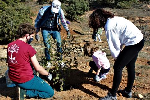 Se plantan 48 encinas y seis almendros en una antigua escombrera de Valdenazar (Yebes) en el Día del Árbol 2021