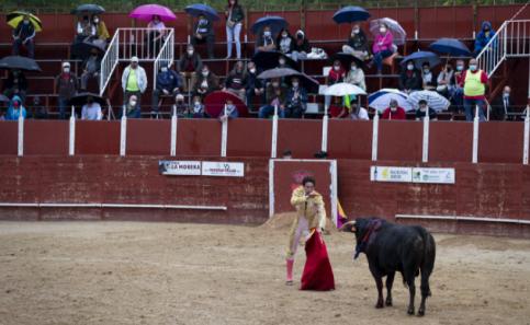 Puerta grande y salida a hombros, merecido final tras una tarde de toros pasada por agua