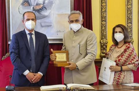 El alcalde recibe al embajador de India en el Ayuntamiento, antes de su participación en el Maratón de los cuentos este viernes