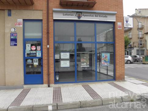 Una administración de Molina de Aragón sella un boleto de segunda categoría del sorteo de BonoLoto