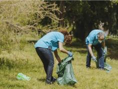 Voluntarios de Caixabank recogen una tonelada de basura en CLM, parte de ella en el Alto Tajo