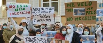 Unas 100 personas protestan a las puertas del Liceo Caracense de Guadalajara tras negar el uso del velo a una alumna